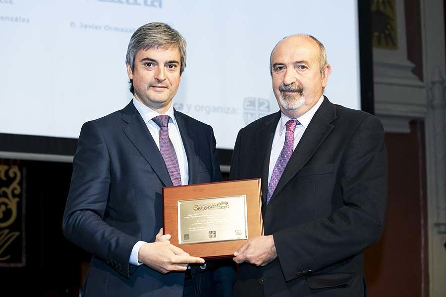 The founder of Velatia, Javier Ormazabal Ocerin, is honoured during AHEEE2018 for his entrepreneurial work and its impact on society